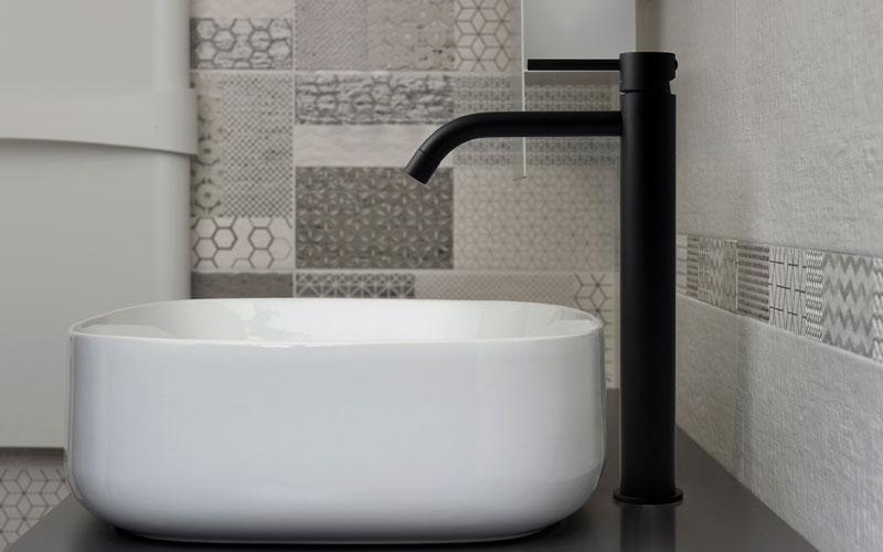 Badkamer Kraan Zwart : Designbadkamers: black is back! innovatief.be