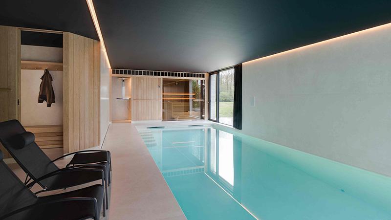 Binnenkijken binnenzwembad sauna en spa worden n for Binnenzwembad bouwen
